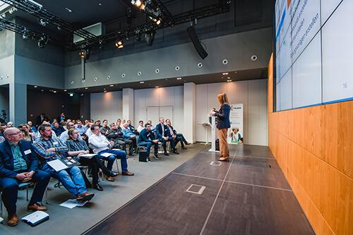 Carola Moresche erklärt die wichtigsten Schritte für die Software-Implementierung (Foto: ©InLoox GmbH; Fotografin: Mica Zeitz)