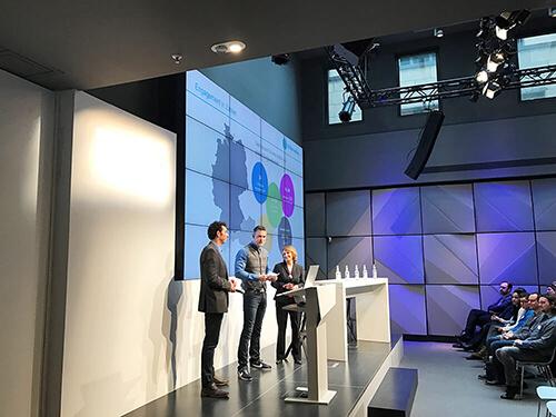 Astrid Auperle (Leiterin Gesellschaftliches Engagement Microsoft Deutschland), Clemens Frede (Leiter Programmentwicklung Stifter-helfen.net) und Moderator Sven Oswald begrüßen die über 250 Teilnehmer zum 4. Non-Profit-Tag